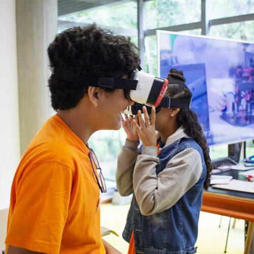 Estudantes usando óculos 3D